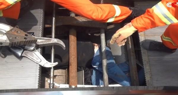 Chine : un homme englouti par un escalator