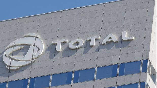Des militants d'Attac ciblent le siège du groupe Total en France